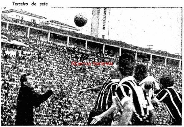 1964-12-07-santos-7-x-4-corinthians-2-pele-de-cabeca-faz-o-terceiro-de-sete2_0