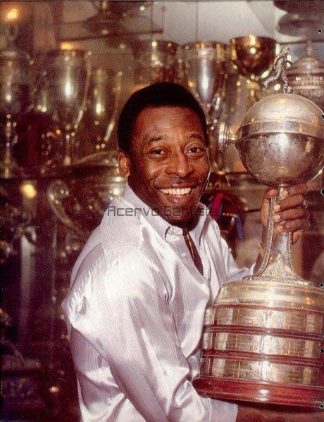 1992-10-pele-posa-com-trofeu-da-recopa-sulamericana-de-1968-600x