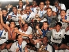 Elenco do Peixe posa com a taça de Campeão do Torneio Rio SP 1997 no Maracanã.