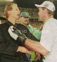 Técnico Leão e goleiro Zetti em Rosário, Argentina, na final da Copa Conmebol de 1998.