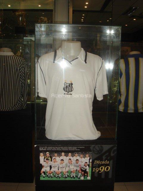 Réplica da Camisa utilizada pelo Santos em 1998 está no Memorial das Conquistas.