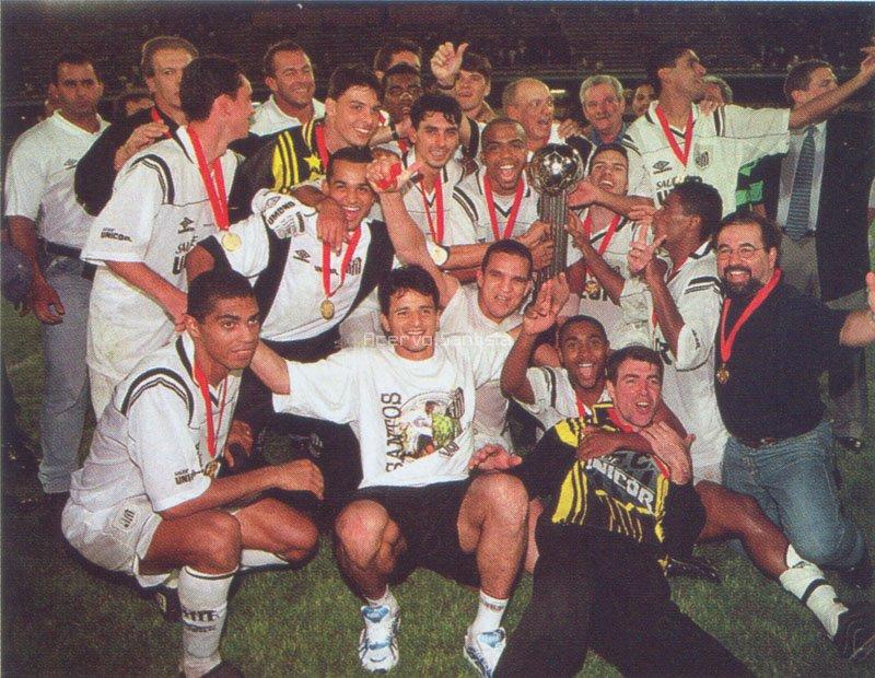 Jogadores comemoram título da Copa Conmebol em Rosário, Argentina (1998).