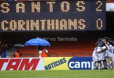 Santistas comemoram gol de Renato na primeira partida da final.