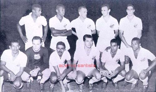 1957-dorval-pele-jair-pepe-e-alvaro-agachados-ivan-laercio-helvio-guerra-urubatao-e-fioti