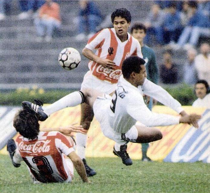 O estreante Leonardo diante do zagueiro Márcio, do Bangu: a sua persistência valeu-lhe um golaço. (Santos 2 x 0 Bangu, 17/09/88).