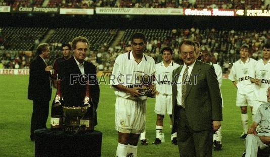 1998-08-25-santos-x-barcelona-narciso-recebe-trofeu