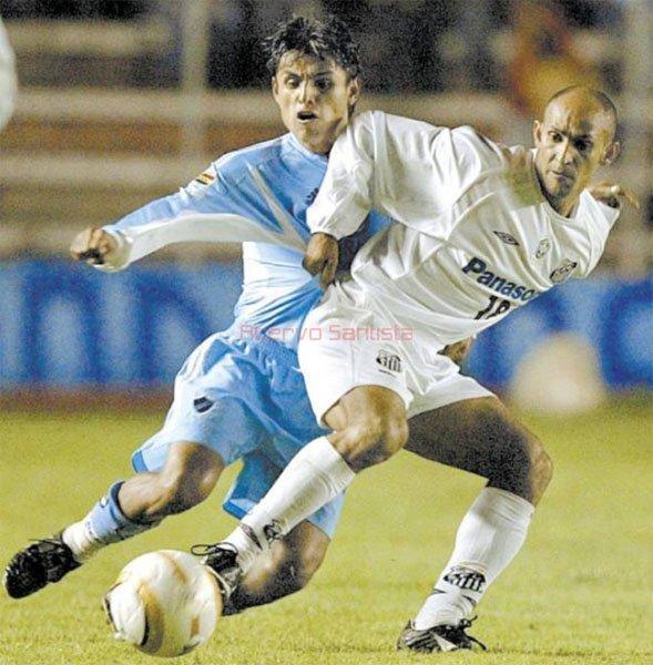 2005-02-16-bolivar-4-x-3-santos-libertadores-pachi-disputa-bola-com-basilio600