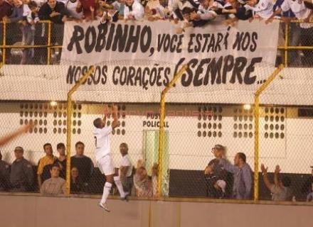 2005-08-11-santos-1-x-1-brasiliense-robinho-corre-ate-a-torcida-santista-para-comemorar-gol-contra-o-brasiliense