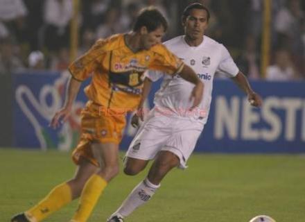 2005-08-11-santos-1-x-1-brasiliense-santista-giovanni-busca-marcacao-na-saida-de-bola-da-equipe-do-brasiliense