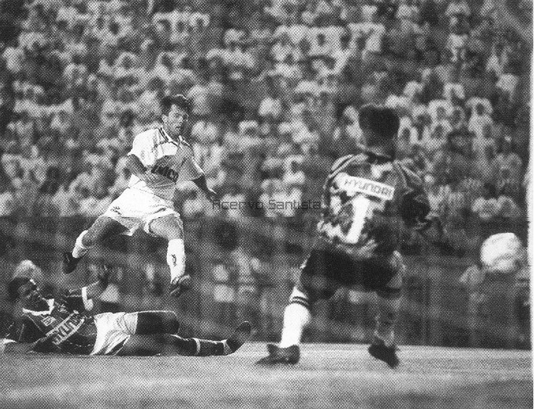 Camanducaia chuta na trave no 1º Tempo contra o Fluminense no Pacaembu (5x2).
